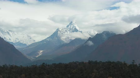 Ama Dablam Mountain. Khumbu Valley. Himalaya, Nepal. Aerial View. Drone Flies Sideways Vídeos