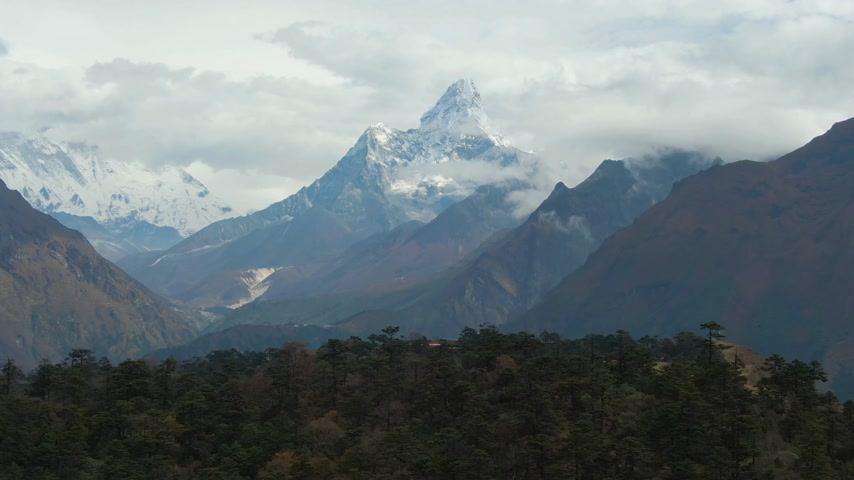 Ama Dablam Mountain. Himalaya, Nepal. Aerial View. Drone Flies Forward Vídeos