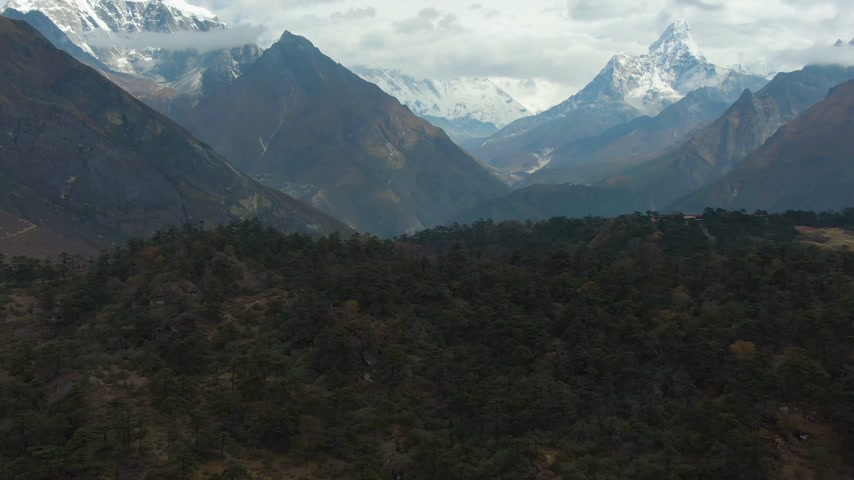 Ama Dablam and Taboche Mountains at Sunny Day. Himalaya, Nepal. Aerial View. Drone Flies Forward, Tilt Up Vídeos