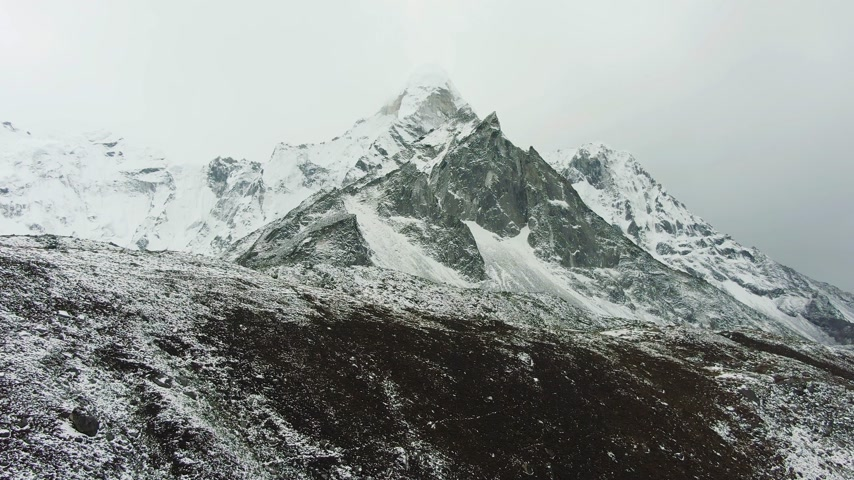Ama Dablam Mountain and Cloudy Sky. Himalaya, Nepal. Aerial View. Drone Flies Forward Vídeos
