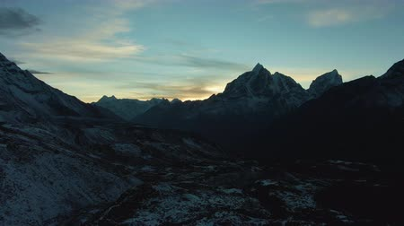 Taboche and Cholatse Mountain at Sunset. Himalaya, Nepal. Aerial View. Drone Flies Forward Vídeos