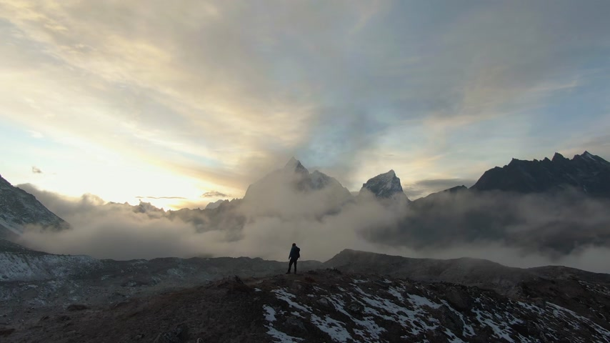 himalája : Ama Dablam Mountain and Hiker Man at Sunset. Himalaya, Nepal. Aerial View. Drone is Orbiting Stock mozgókép