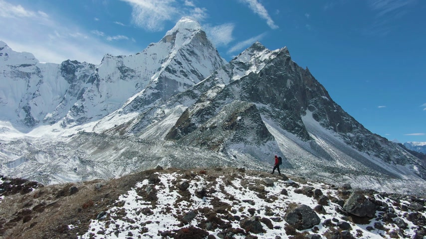 Ama Dablam Mountain and Hiking Man on Sunny Day. Blue Sky. Himalaya, Nepal. Aerial View. Drone Flies Sideways Vídeos