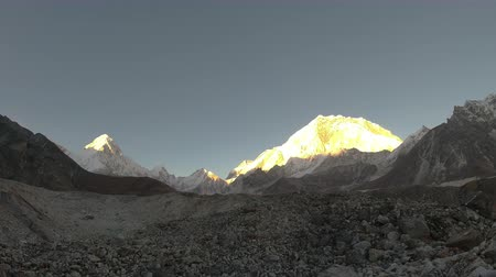 Nuptse and Pumori Mountains at Sunset. Himalaya, Nepal. Timelapse Vídeos