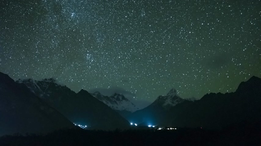 himalaia : Night Sky over Ama Dablam and Taboche Mountains. Himalaya, Nepal. Timelapse