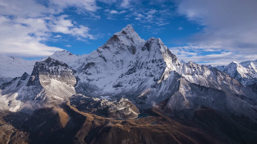 himalaia : Ama Dablam Mountain. Blue Sky with Clouds. Himalaya, Nepal. Timelapse