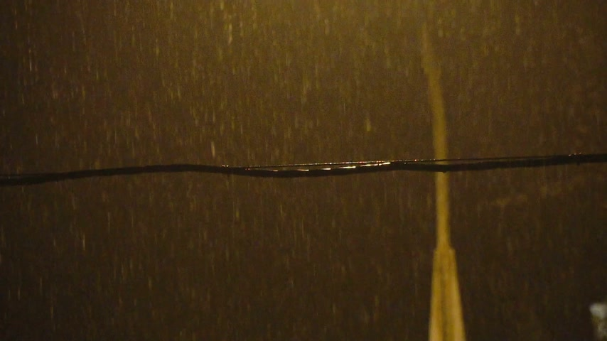 deszcz : Rain at night and a lantern in slow motion