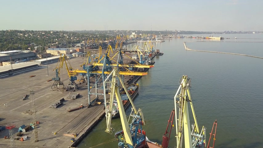 visão global : Aerial view Port. Port cargo cranes and ship. Sea Stock Footage