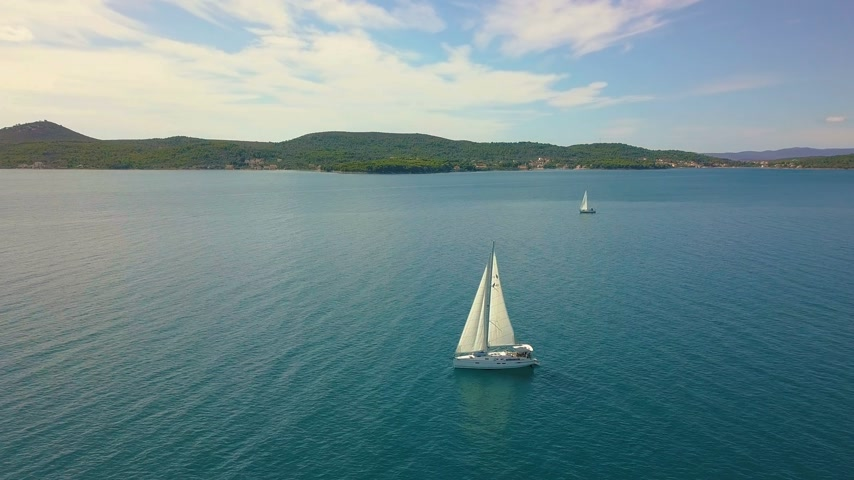 volný čas : Yacht sailing on opened sea. Sailing boat. Yacht from drone. Yachting video. Yacht from above. Sailboat from drone. Sailing video. Yachting at windy day. Yacht. Sailboat. Dostupné videozáznamy