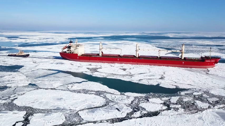 mrożonki : Aerial view. The ship sails through the sea ice in the winter, close-up