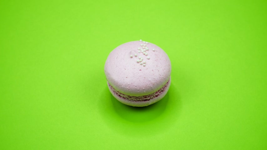 acıbadem kurabiyesi : ROTATION: A Colorful Macaroons are rotating on a green background