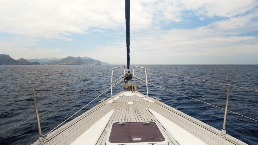 tekne : view on yacht bow floating on sea