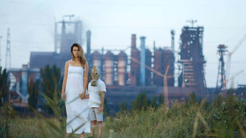 jedovatý : Environmental pollution, ecological disaster, nuclear war, post apocalypse concept. Care for future generations. Mom andchild in protective mask, face-guard to prevent breathing toxic air.