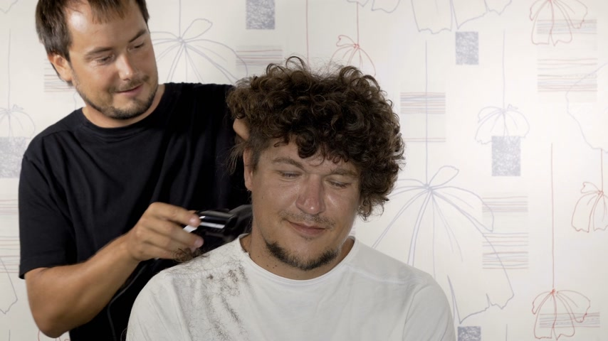ustalık : Barber cuts the hair of the client with trimmer. Timelapse Stok Video