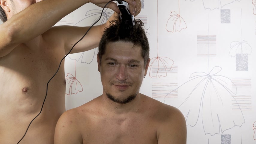 fryzjerstwo : Barber cuts the hair of the client