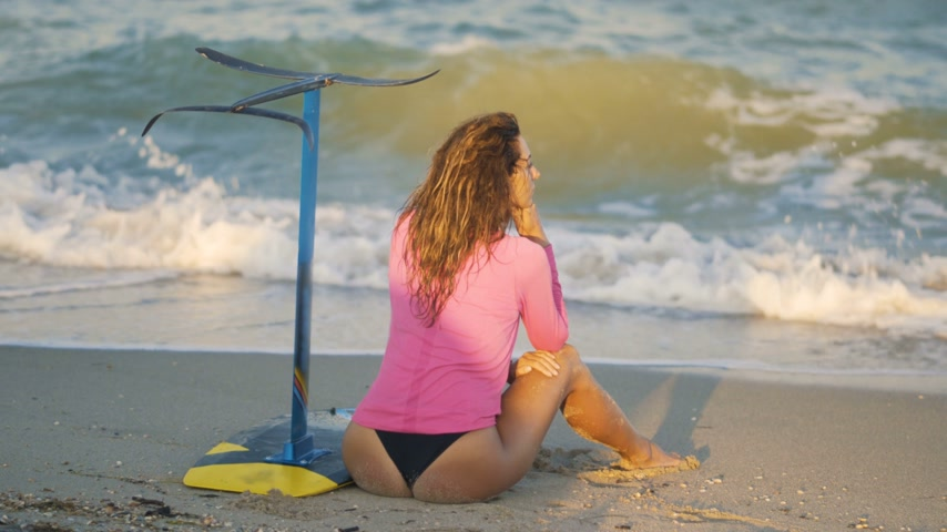 Оаху : Girl on the beach with a board hydrofoil