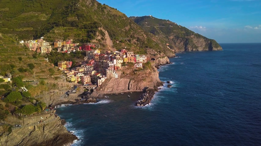 kék háttér : Manarola Village, Cinque Terre Coast of Italy. Manarola is a small town in the province of La Spezia, Liguria, northern Italy and one of the five Cinque terre attractions to tourist visiting Italy.