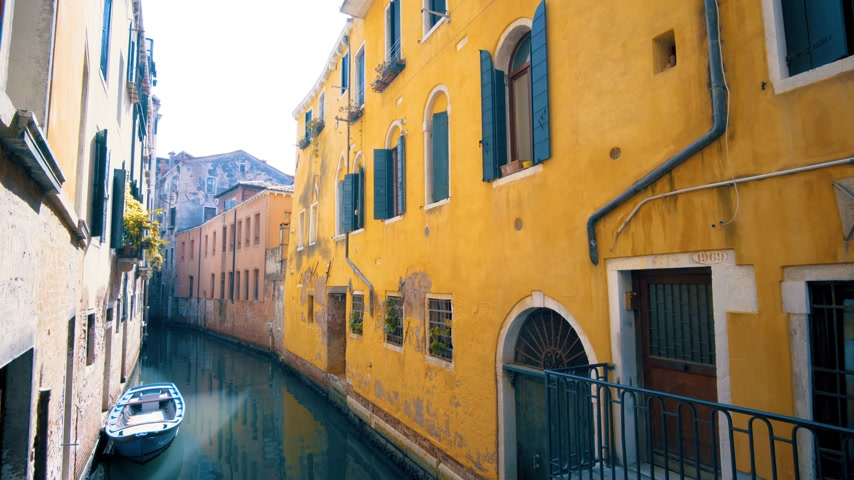 tilt shift : Canal and colorful houses Venice, Italy Stock Footage