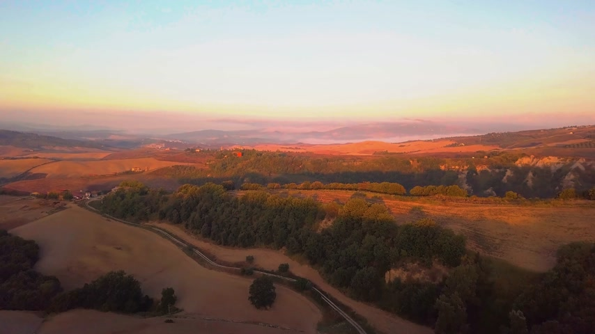 toskánský : aerial view of tuscany cultivated hills at sunrise val dorcia