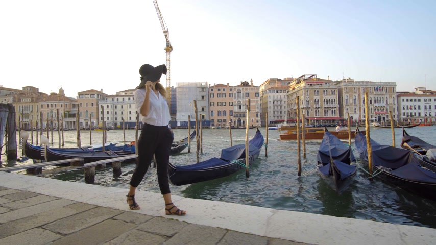 bum : Girl walking in venice near gondolas, Italy Stock Footage
