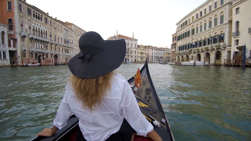 новобрачный : Woman in Venice on Gondole ride romance in boat on travel vacation holidays. Sailing in venetian canal in gondola. Italy.