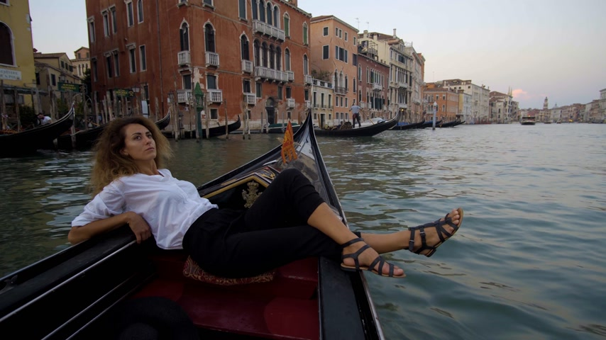 romantik : Girl resting and relaxing in Venice on Gondole ride romance in boat on travel vacation holidays. Sailing in venetian canal in gondola. Italy. Stok Video