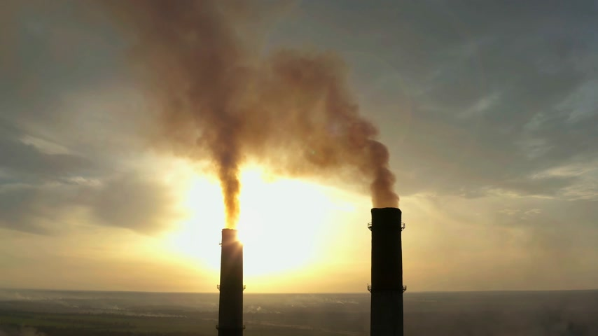 dioksit : Industrial zone with a large red and white pipe thick white smoke is poured from the factory pipe in contrast to the sun. Pollution of the environment: a pipe with smoke. Aerial view