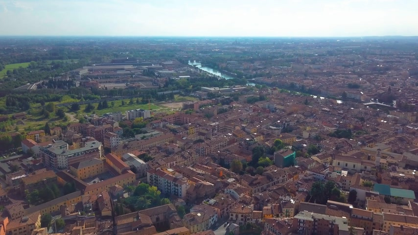 italia : Panoramic aerial drone view of medieval city of love Verona, Pietra bridge and Adige river Stock Footage