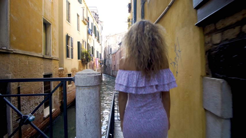 Венеция : Travel to Italy. Girl standing on the bridge in Venice. Beautiful well-dressed woman posing on a bridge over the canal in Venice, Italy. Europe travel vacation. Woman traveling to Venice.