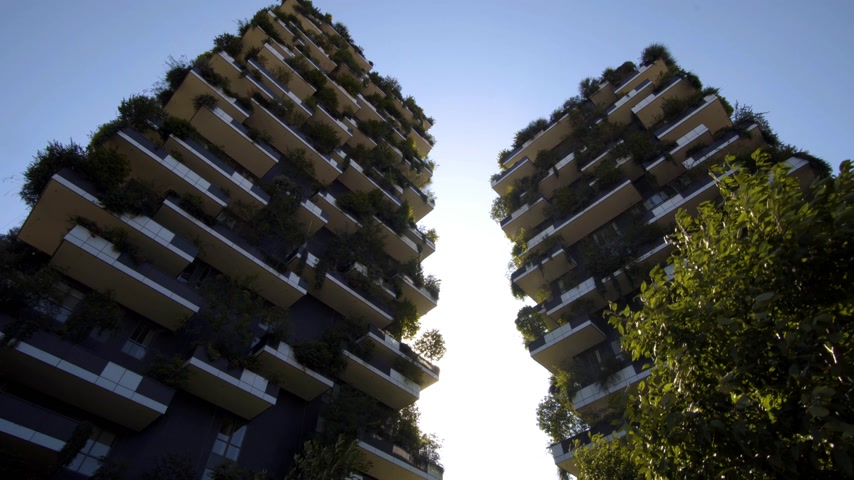 verticale : Milan, Italy - September 26, 2018: Modern and ecologic skyscrapers with many trees on every balcony