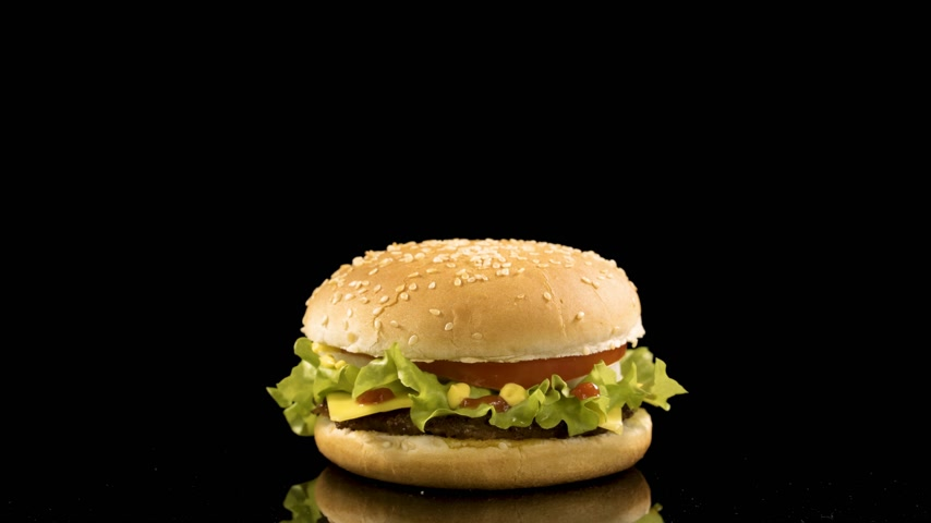 bitkisel : Rotation of delicious burger over black background. loop video, 4K