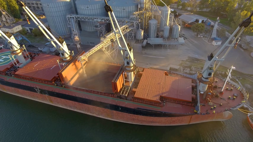 処理された : Aerial view of big grain elevators on the sea. Loading of grain on a ship. Port. Cargo ship