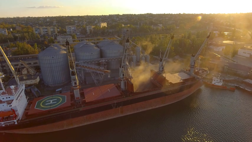 carregamento : Aerial view of big grain elevators on the sea. Loading of grain on a ship. Port. Cargo ship