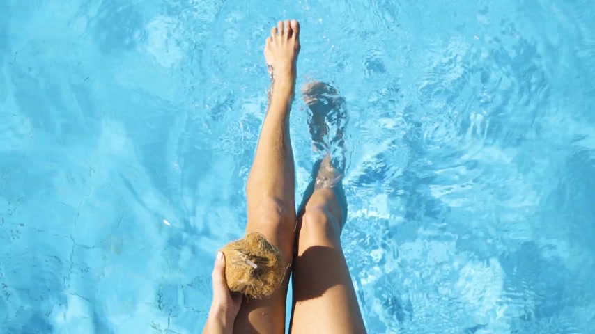 turkuaz : The female legs splashing in pool. Young girl Stok Video