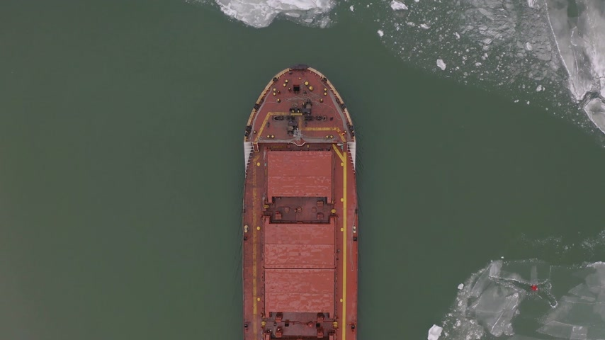 odeslat : aerial view of the ship slowly moving through ice floes