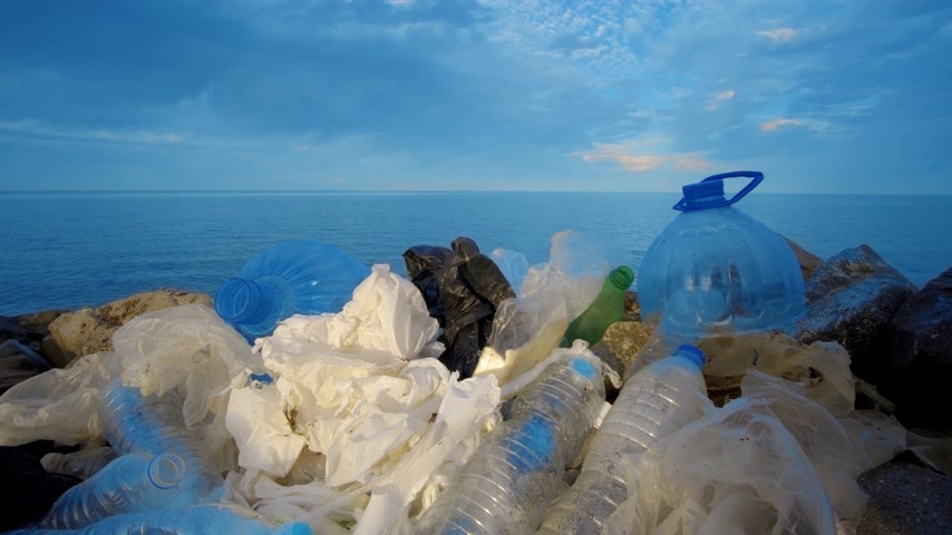 reciclagem : Pollution: garbages, plastic, and wastes on the beach after winter storms