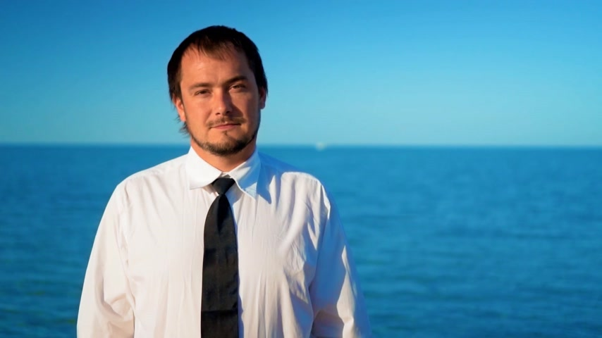 кавказский : Young businessman near blue sea