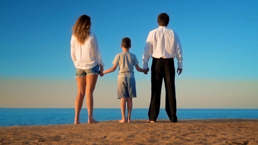otcovství : Mom, Dad and Son are standing on the beach and looking into the distance Dostupné videozáznamy