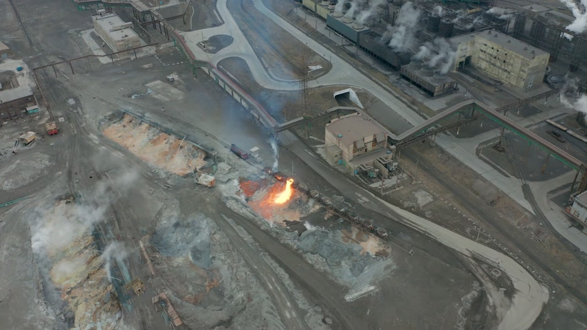 spaliny : Pour molten slag from the diesel locomotive tank at a metallurgical plant. Aerial view Wideo