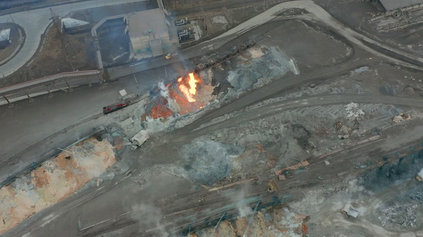melt : Pour molten slag from the diesel locomotive tank at a metallurgical plant. Aerial view Stock Footage