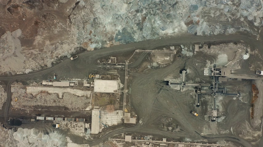 minério : Aerial view of opencast mining quarry with lots of machinery at work - view from above. Slag pit