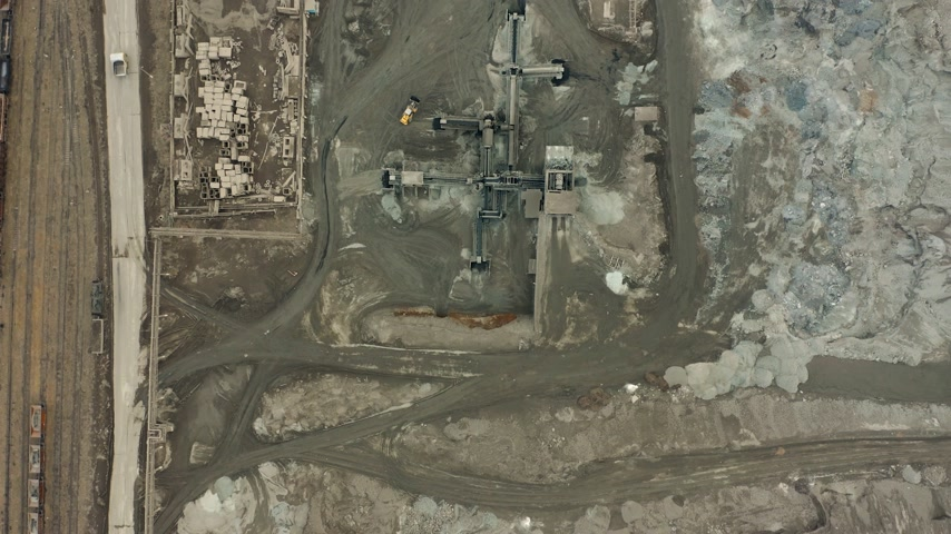 graafmachines : Aerial view of opencast mining quarry with lots of machinery at work - view from above. Slag pit