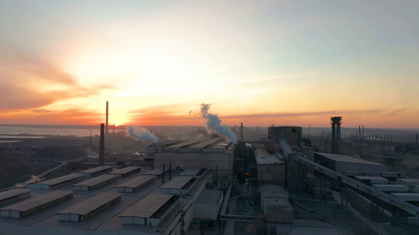 výfuk : Industrial zone with white smoke is poured from the factory pipe in contrast to the sun. Pollution of the environment: a pipe with smoke. Aerial view Dostupné videozáznamy