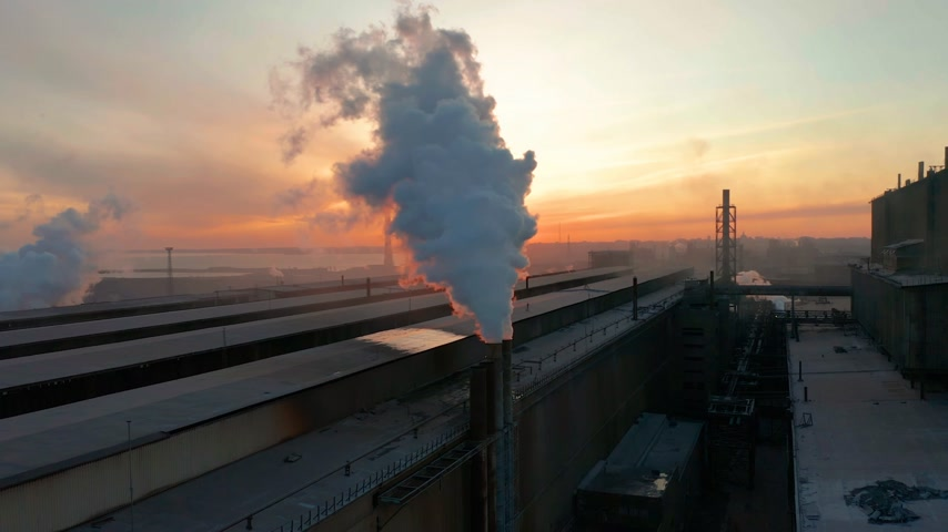 dioxid : Industrial zone with pipe thick white smoke is poured from the factory pipe in contrast to the sun. Pollution of the environment: a pipe with smoke. Aerial view