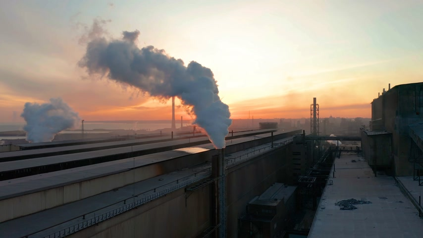 výfuk : Industrial zone with pipe thick white smoke is poured from the factory pipe in contrast to the sun. Pollution of the environment: a pipe with smoke. Aerial view