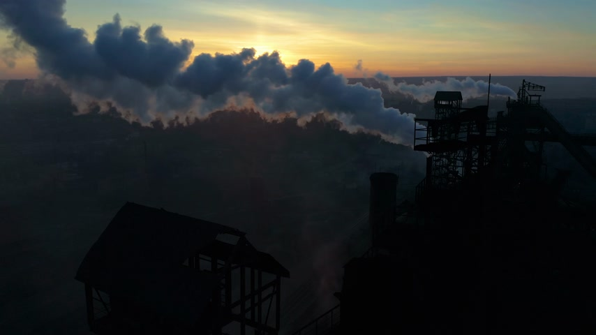 kimyasallar : Aerial Forward Cityscape sunset Factory chimney smoke building steam thermal power plant. Factory production industrial profession ecology pollution Stok Video