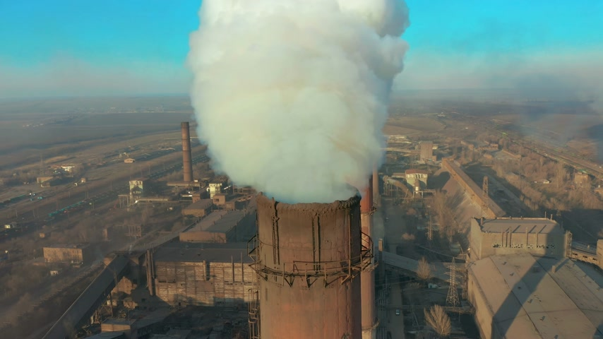 výfuk : Billowing steam from smoke stack filling sky, super slow motion close up