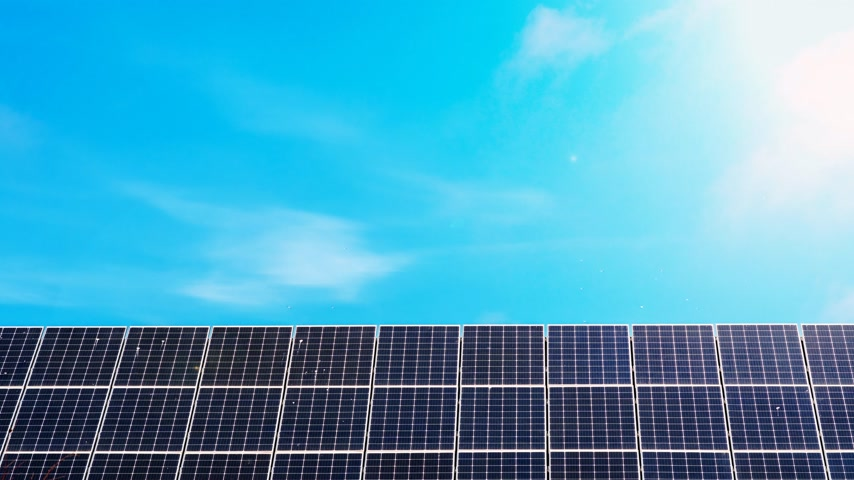 fotovoltaica : Solar power generation technology. Alternative energy. Solar battery panel modules with blue sky