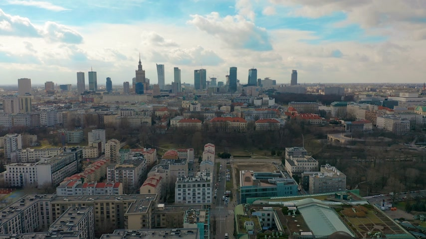 warszawa : Establishing aerial shot of Warsaw downtown in the evening, Poland. 4K video