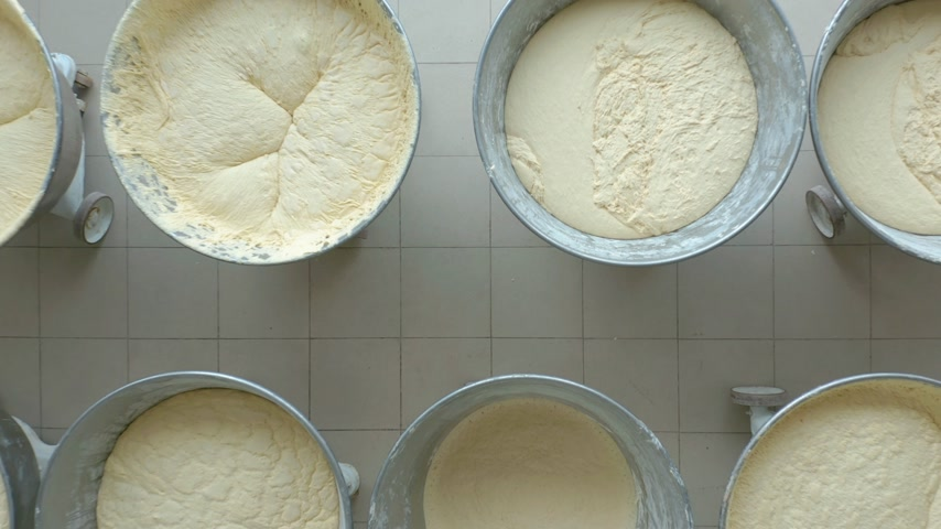 дрожжи : Closeup video of yeast dough in production.